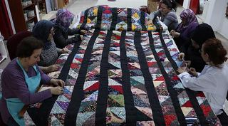 Kadınlar El Yapımı Jakarlı Kumaş Üretiyorlar (Kalabalık Bir Ortam) / Yaklaşık 7 kişi Aynı Atölyede Çalışıyor.