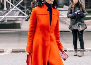 Turuncu Manto Modelleri Giyen Kadın Fotoğrafı (Arkada kapüşonlu mont giyen başka bir kadın daha görünüyor)
